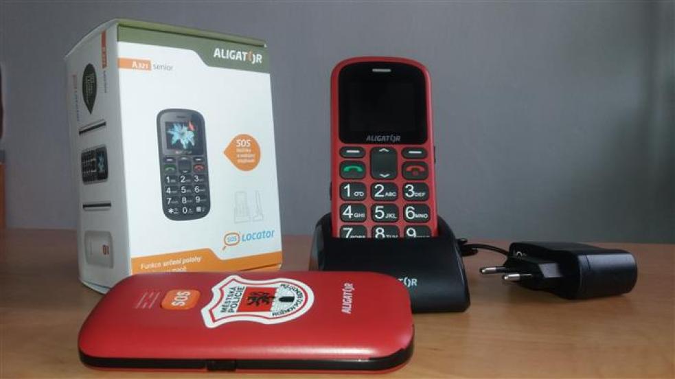 V Rožnově rozdává městská policie seniorům SOS telefony