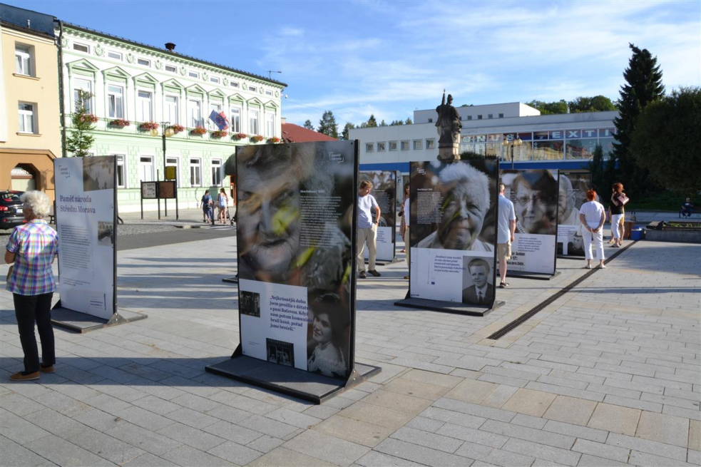 Výstava Paměť národa Zlínského kraje na rožnovském náměstí