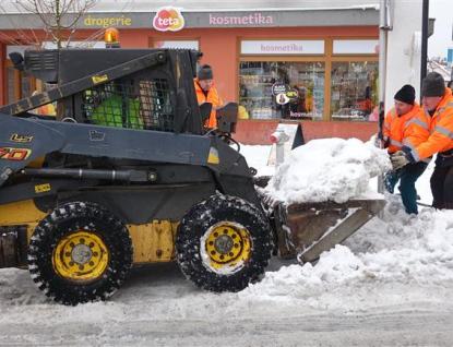 Rožnov odváží sníh na okraj města