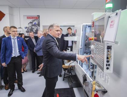 Střední škola informatiky, elektrotechniky a řemesel vRožnově má nové prostory pro praktickou výuku