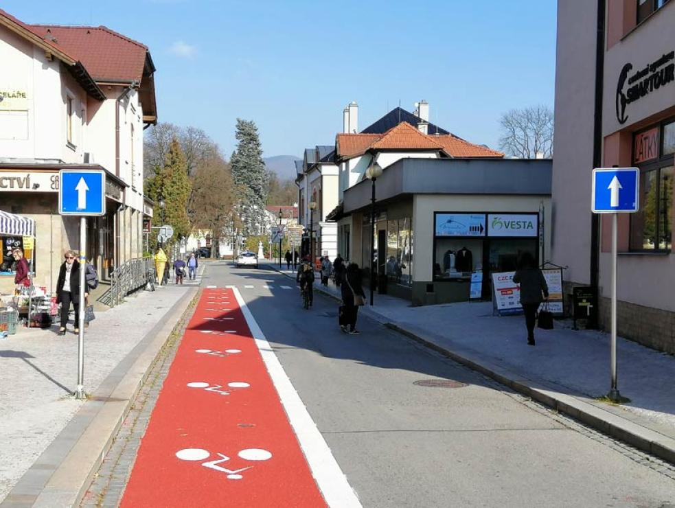 Úsek ulice Palackého směrem na náměstí je pro cyklisty nově obousměrný