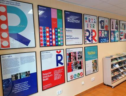 Vítězný návrh soutěže na nový vizuální a komunikační styl města Rožnov můžete vidět v TIC