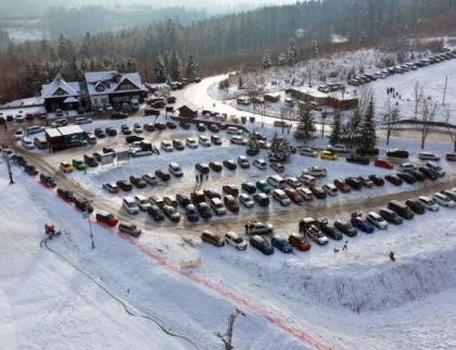 Zavřené sjezdovky, sněhu málo, přesto hory v obležení