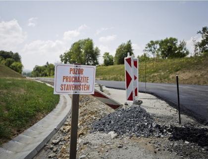 Mezi Rožnovem a obcí Vidče zpevní silnici pilotová stěna