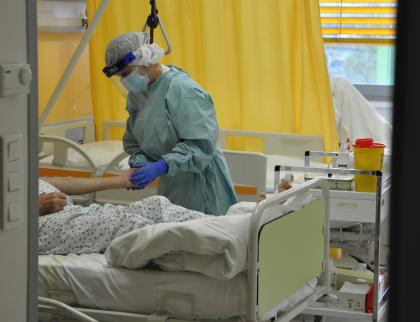 Roste počet hospitalizovaných pacientů s koronavirem i nemocných zdravotníků