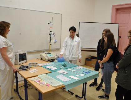 Vsetínská nemocnice přiblížila žákům základních škol práci zdravotníků na neurologii a rehabilitaci