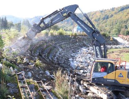Rekonstrukce stadionu na vsetínské Ohradě začala bouráním