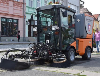 Súklidem vulicích města pomůže nový zametací stroj