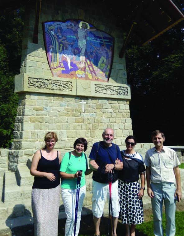 Krajští úředníci si obhlédli postup prací při obnově  Jurkovičovy Křížové cesty na Svatém Hostýně