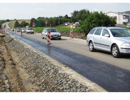Největší zahajovanou stavbou letos bude rekonstrukce silnice z Bystřice na hranici Olomouckého kraje