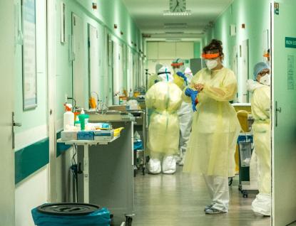 Počty pacientů znovu rostou, nemocnice vkraji raději zastavily rušení covidových stanic