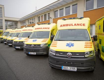 Krajští záchranáři převzali třináct nových sanitek