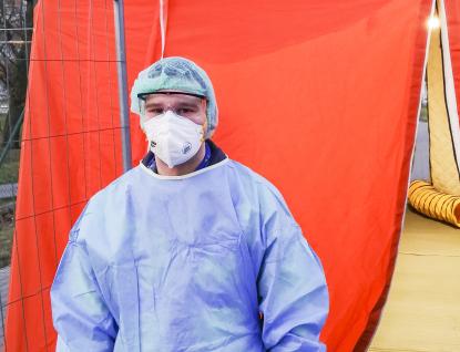 Nakazit se přece můžu i vobchodě, říká student, který pomáhá v Uherskohradišťské nemocnici