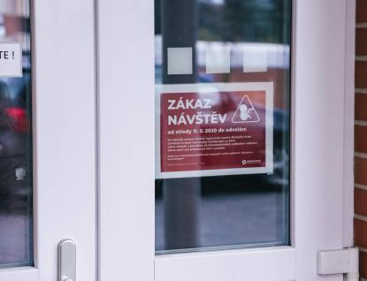 Zákaz návštěv se zpřísnil, nemocnice dostaly nařízení zakázat návštěvy porodnic a dětských oddělení