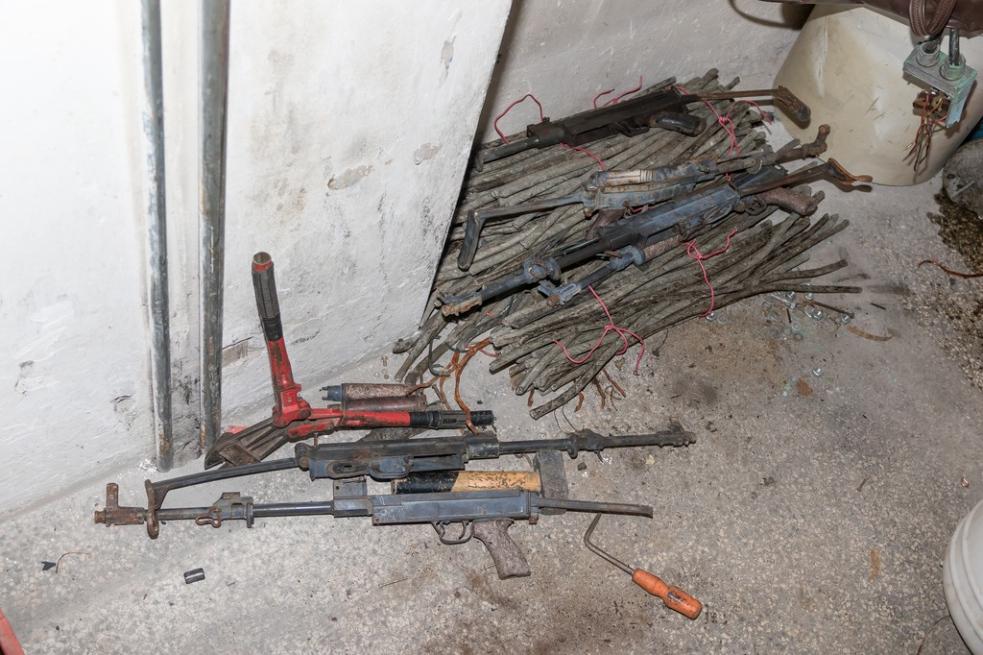 Z krádeže zbraní z muničního skladu ve Vrběticích obvinila policie sedm mužů a jednu ženu