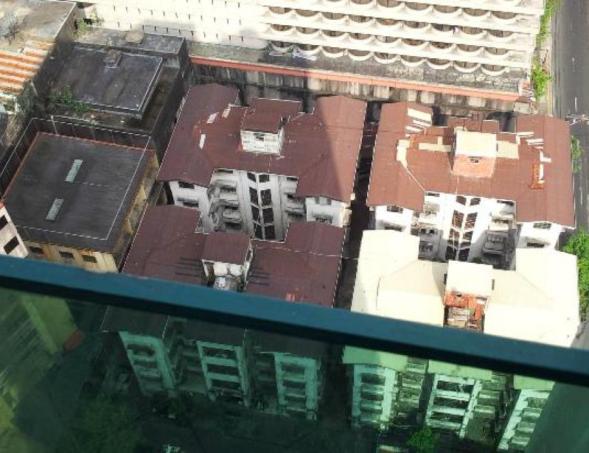 Spolubydlícího chtěl vyhodit z balkonu. Teď má na krku pokus o vraždu