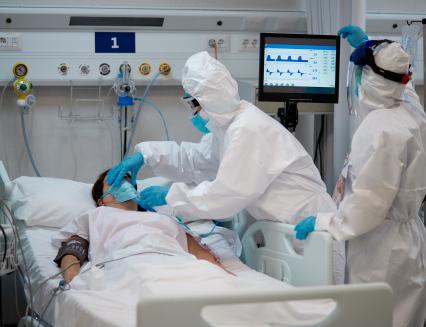 Pacientů s koronavirem přibývá
