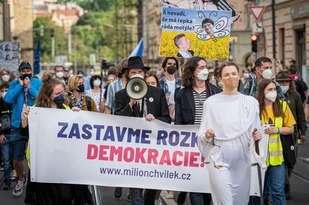 Chvilkaři na pochodu Prahou nechali Marii Benešové přede dveřmi ministerstva rezignační dopis. Na demonstraci 20. června zahájí kampaň na podporu demokratů ve volbách