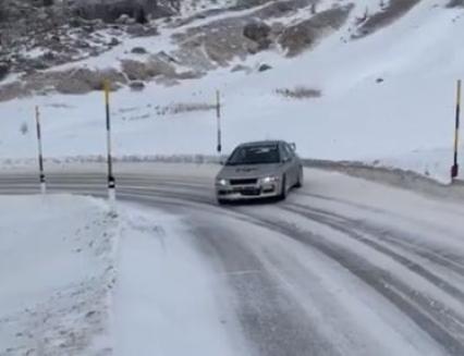 Nezodpovědné a nebezpečné chování řidičů. Zasněžené silnice lákají tzv. driftaře