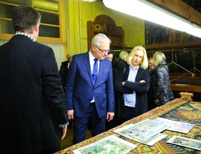Ministr kultury si při návštěvě vlády v kraji prohlédl meziříčskou gobelinku