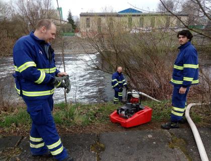 Hasiči si vyzkoušeli dálkovou dopravu vody na Malé Lhotě