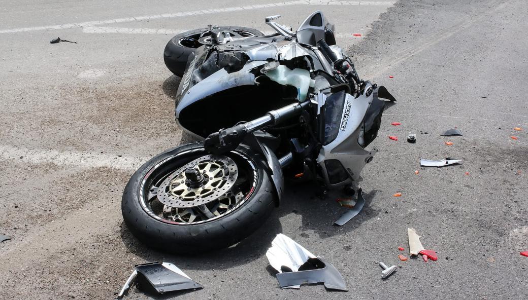 Havárie motocyklisty ve Velkých Karlovicích. Motorkář zraněním podlehl