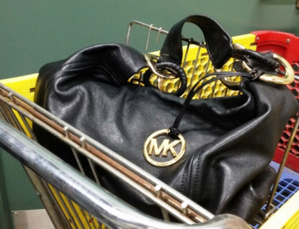 Během půl hodiny zmizely na dvou různých místech z nákupních vozíků dvě kabelky