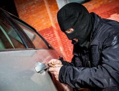 Ukradl auto a ještě se popral s policistou v civilu