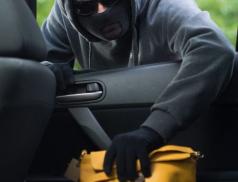 Zloděj u supermarketu okradl ženu o věci za více jak dvacet tisíc korun