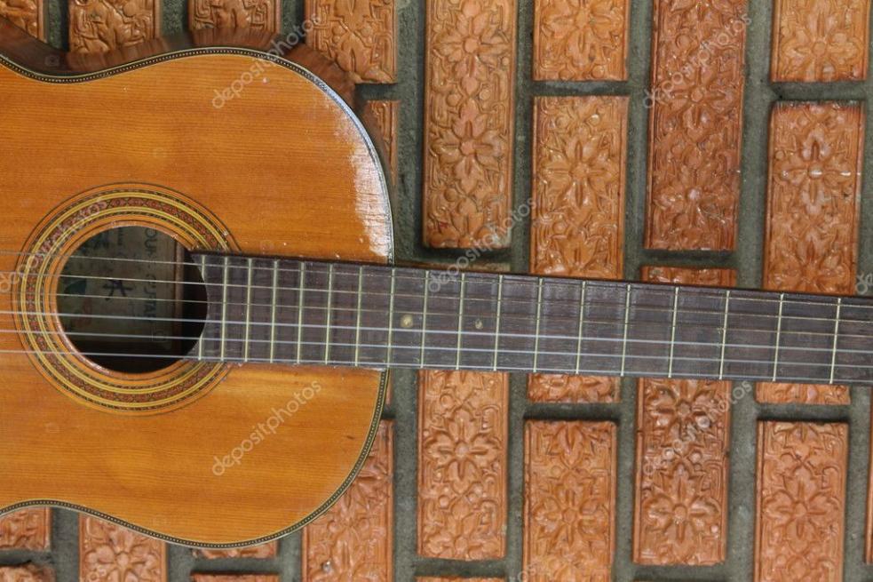 Zloděj odnesl z chaty věci za deset tisíc, vzal i kytaru