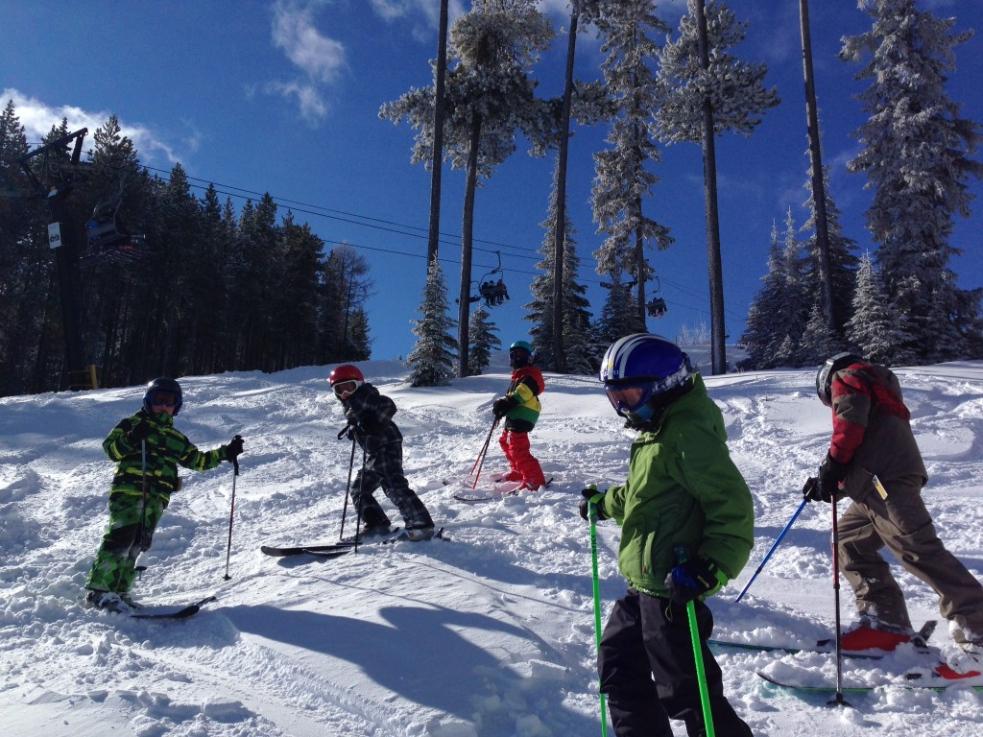 Srbští školáci zpartnerského Čačaku lyžovali ve Velkých Karlovicích