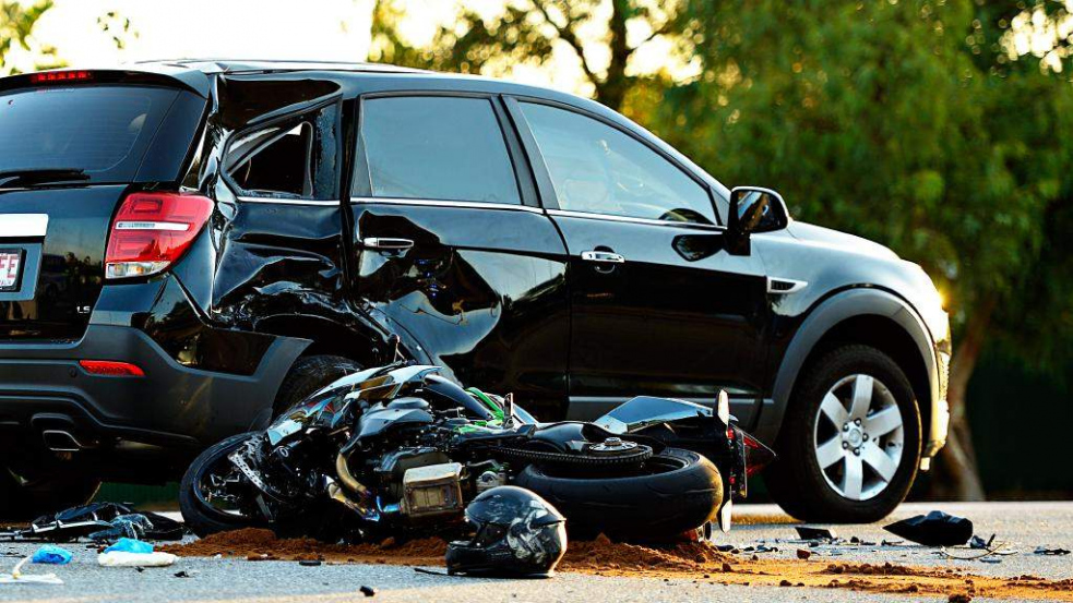 Při nehodě zemřel řidič motocyklu. Spolujezdkyně je těžce zraněna