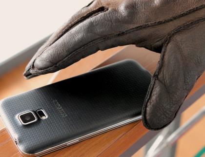 Muž v montérkách vyloudil na seniorce peníze a  ještě jí ukradl mobil