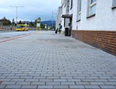 Kvlakovému nádraží vede nově opravený chodník