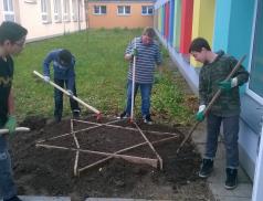 Žáci ze základní školy Křižná sázeli cibulky za dětské oběti holocaustu