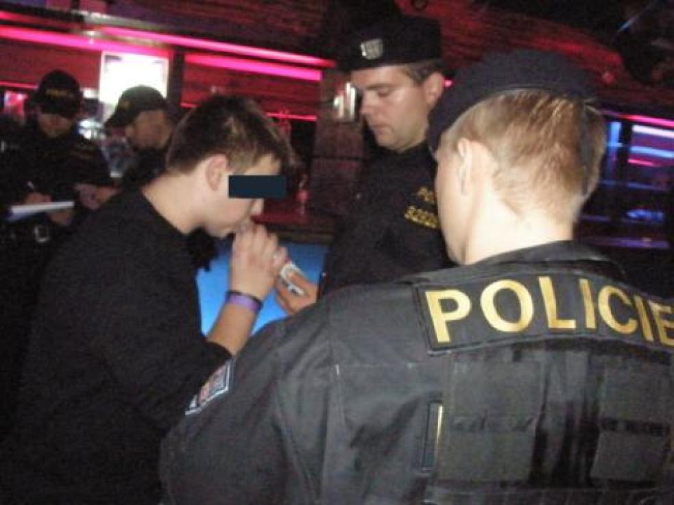 Policisté si posvítili na podnapilé děti